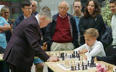 Echecs : le jeune Alexandre (à droite) affronte l'ancien champion du monde Anatoly Karpov (à gauche)
