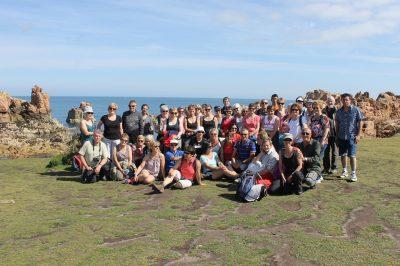 randonnée  : le groupe pose face à la mer